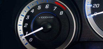 Що таке тахометр в автомобілі? Що він показує?
